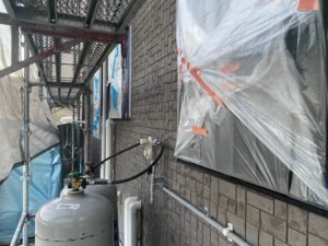 中津川市田瀬で養生と屋根の棟の板金に錆止めの工程を施工中です。