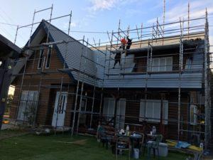中津川市で屋根と外壁の塗装を行います。まずは難関の屋根の特殊足場の組立です。
