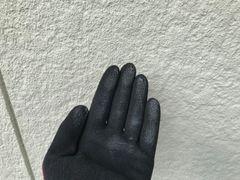 多治見市で外壁塗装のご依頼。外壁を触ると手に粉が付きました。