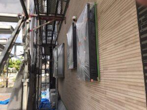 瑞浪市南小田町で外壁塗装がスタートしました。養生とシーリングの打ち替えを行います。