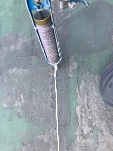 瑞浪市釜戸町で屋上防水工事の前の亀裂のコーキング補修です。