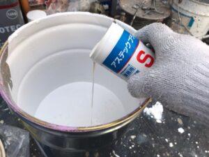 恵那市大井町で上塗り塗料缶に防カビ剤を投入して仕上げ塗装を行いました