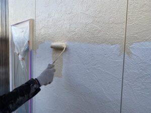 中津川市茄子川です。外壁塗装の上塗りに防カビ剤を入れてカビをシャットアウトします。