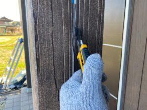 中津川市茄子川で外壁塗装を行っています。本日の作業はシーリングの打ち替えです。