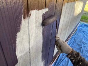 中津川市茄子川で外壁塗装の中塗りをパイオニア色で行っています。