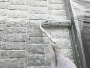 中津川市で汚れ・カビの付きにくい塗料で外壁の中塗り塗装です