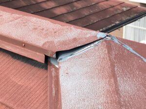 中津川市瀬戸、屋根棟板金繋ぎ目の隙間がある