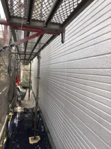 瑞浪市釜戸町で最高級の断熱塗料ガイナで中塗り塗装です。