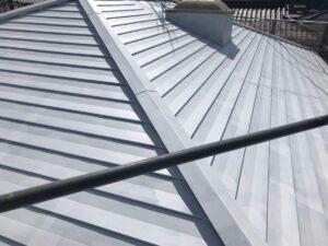 恵那市大井町で、遮熱塗料で屋根の中塗り塗装を行いました。