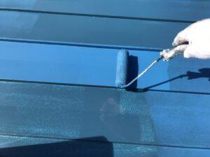 恵那市大井町で、遮熱塗料で金属屋根の上塗り塗装を行いました。