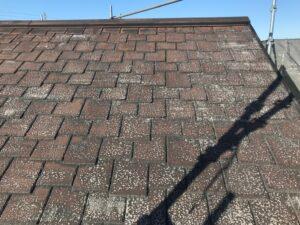 瑞浪市釜戸町で屋根のカラーベストを、下塗りの工程を行います。