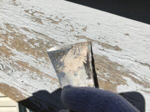 恵那市大井町で、破風板の旧塗膜の捲れをケレンしています。