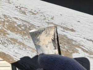中津川市で下地処理を行っています、ケレン作業にて脆弱な塗膜を撤去しています。