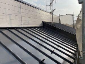 岩村町、瓦棒屋根の中塗り塗装