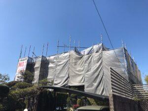 中津川市坂下で塗装する前の養生と下地補修を行いました。