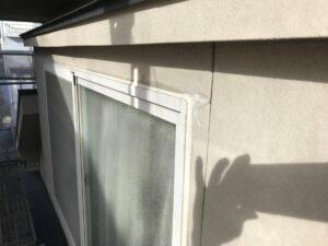 恵那市大井町で、窓まわりのコーキング補修と屋根の下塗り塗装です。