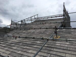 恵那市上矢作町で大きな勾配のある屋根に特殊屋根足場を組立ました。