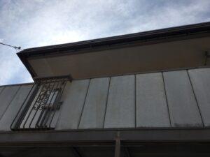 中津川市、2階通路の外壁の塗膜劣化