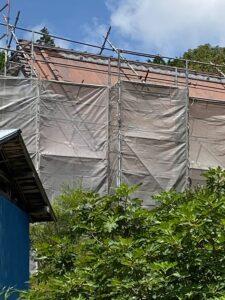 中津川市駒場で大きなお家の藁葺き屋根の板金の塗装です。