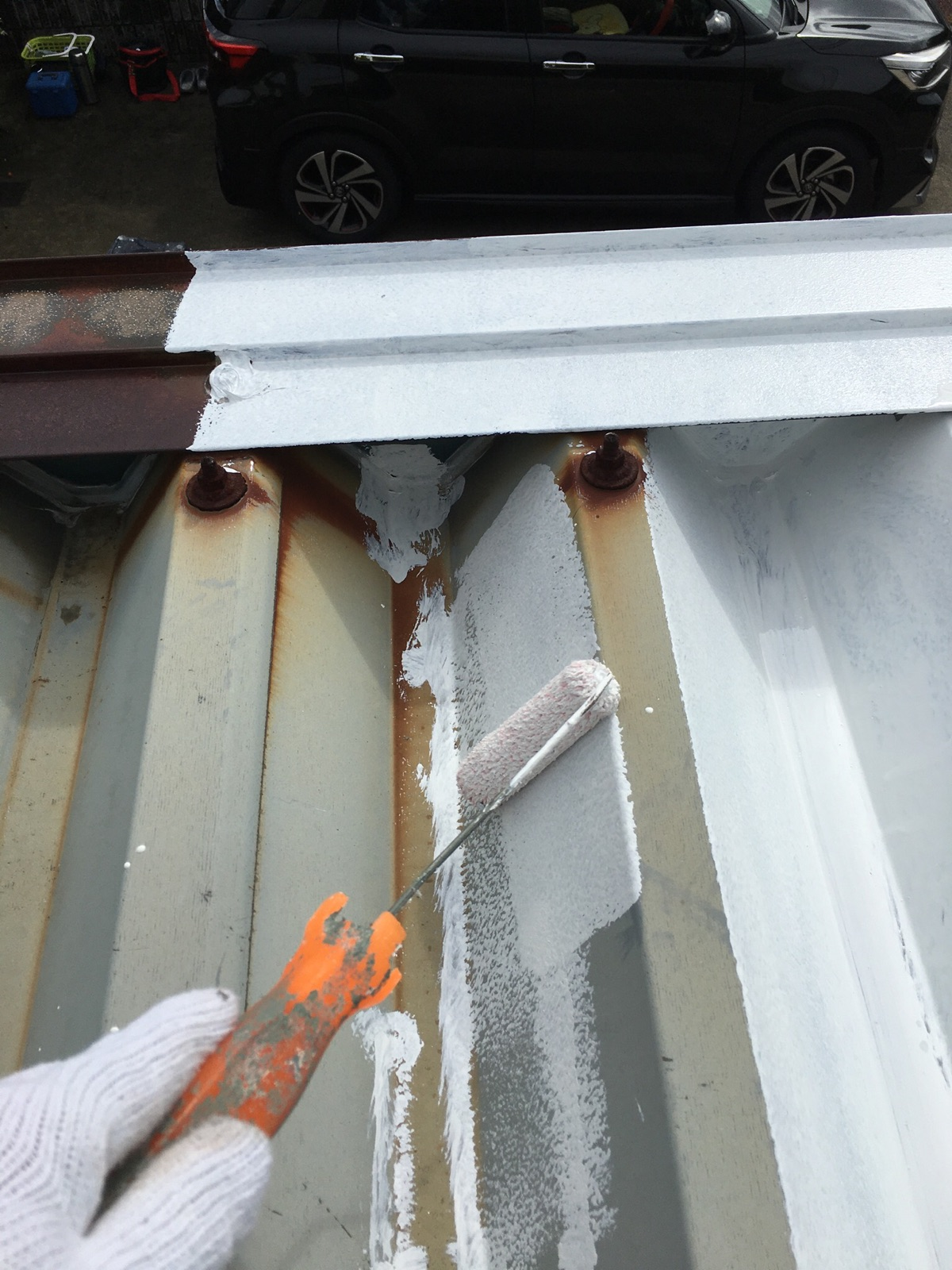 多治見市でガレージ屋根塗り替え塗装工事 車庫 駐車場 折半屋根 塗り替え塗装 錆 サビ 下塗り中