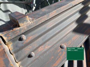 中津川市駒場で丁寧に板金屋根のケレン作業を行いました。