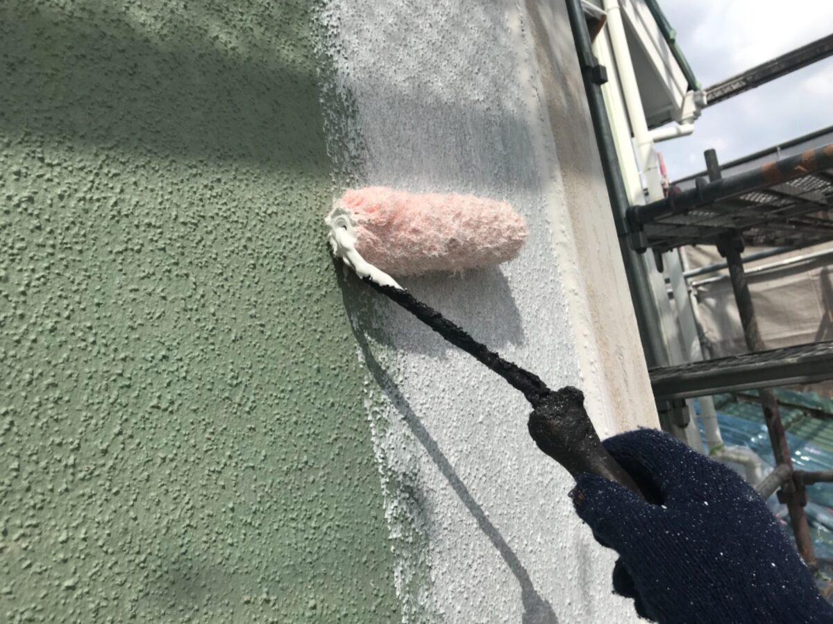 多治見市で外壁塗り替え塗装工事 シリコンで塗装 ベランダから雨漏れ 補修 外壁下塗り塗装 白色 棟積み替え 外壁塗装 施工中 工事中