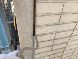 多治見市で屋根外壁塗装をしています。目地の打ち替え作業です。