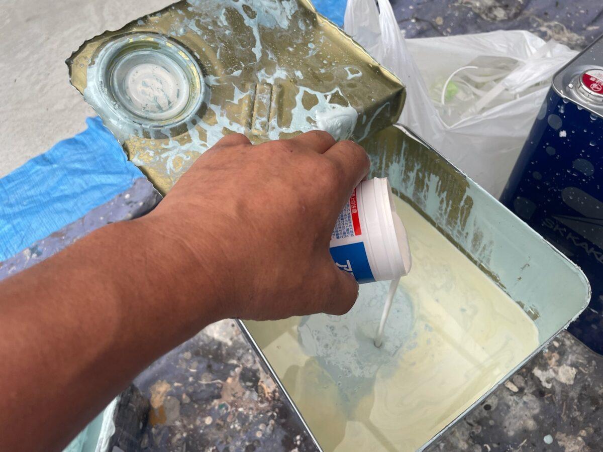 多治見市で屋根外壁塗装 下処理 窓周りコーキング 隙間 亀裂 シリコン塗料で塗装 屋根外壁塗り替え塗装 外壁上塗り塗装 パストグリーン ラジカルシリコン 防カビ材 アステックプラスS