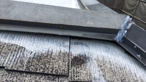 恵那市大井町、大屋根の棟板金が浮いてきてます。おそらく雨水が入ってます。